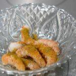 versez le citron, les épices sur les crevettes