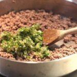 Ajouter les oignons ail et herbes émincés