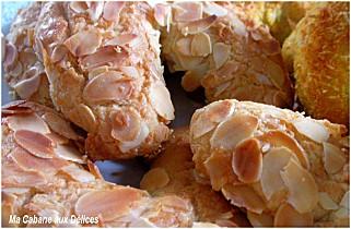 Travaillez le beurre ramoli et le sucre ensemble. Ajoutez les oeufs un à  un, la levure, le sucre vanillé, les amandes en poudre, l\u0027arôme et la  farine.
