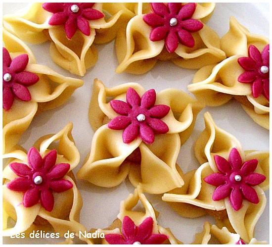Il s\u0027agit d\u0027un beau gâteau algérien au nom de la fleur de jasmin El Yasmina  aux amandes et ensuite miellé réalisé par mon acolyte Nadia qui est  vraiment