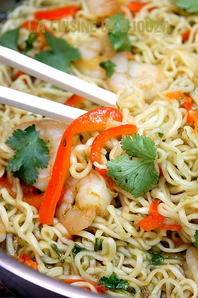 wok de nouilles chinoises aux crevettes recettes faciles recettes rapides de djouza. Black Bedroom Furniture Sets. Home Design Ideas