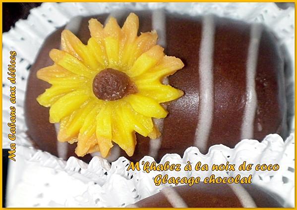 Mkhabez noix de coco au glaçage royal au chocolat, un gâteau algérois fondant au bon goût de citron