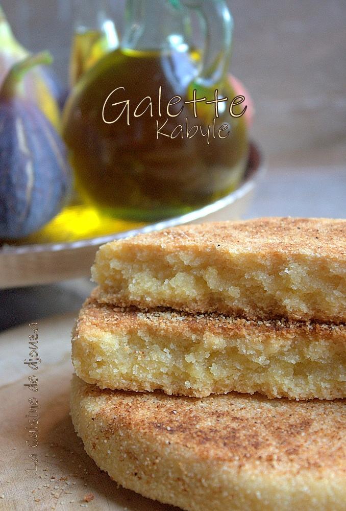 coupe de la galette kabyle à l'huile d'olive