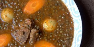 Soupe de lentilles vertes algérienne en sauce rouge