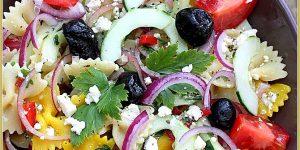 Salade de pâte colorée (farfalle à la grecque)