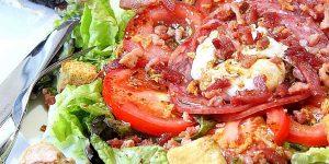 Salade lyonnaise a l'oeuf poché et lardons