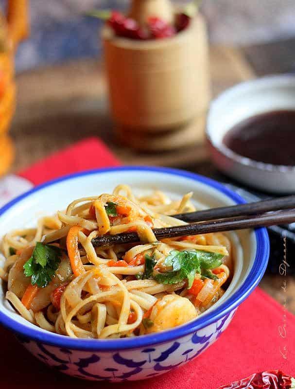 Nouilles legumes et crevettes cuits au wok