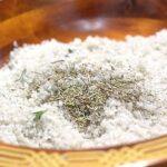 ajoutez les herbes le blanc d'oeuf