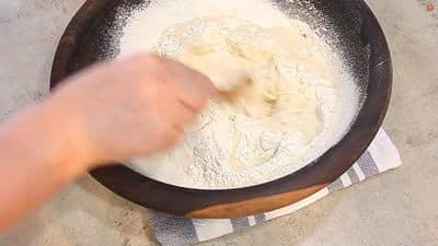 versez l'eau chaude sur la farine